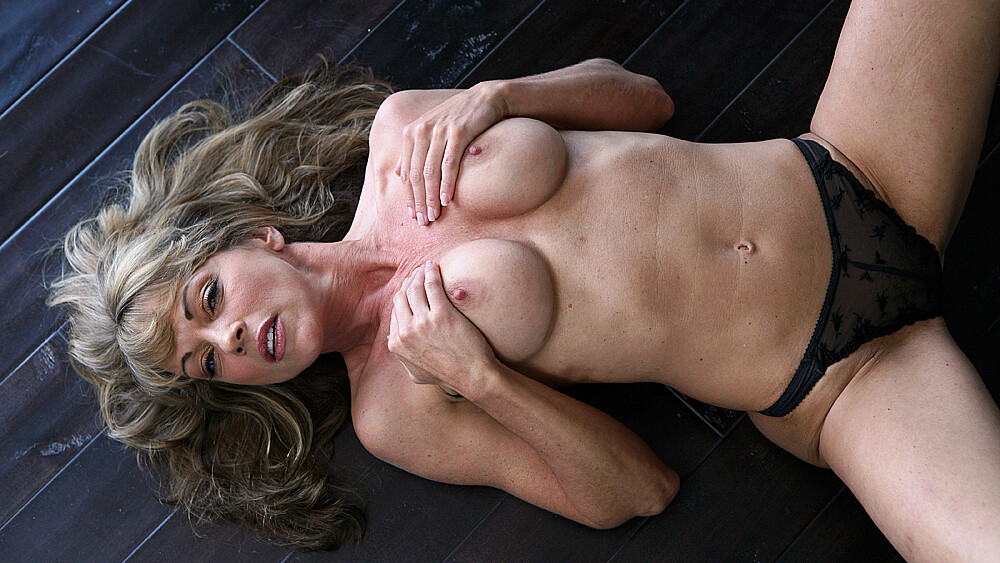 Shayla LaVeaux fucking in the couch with her petite