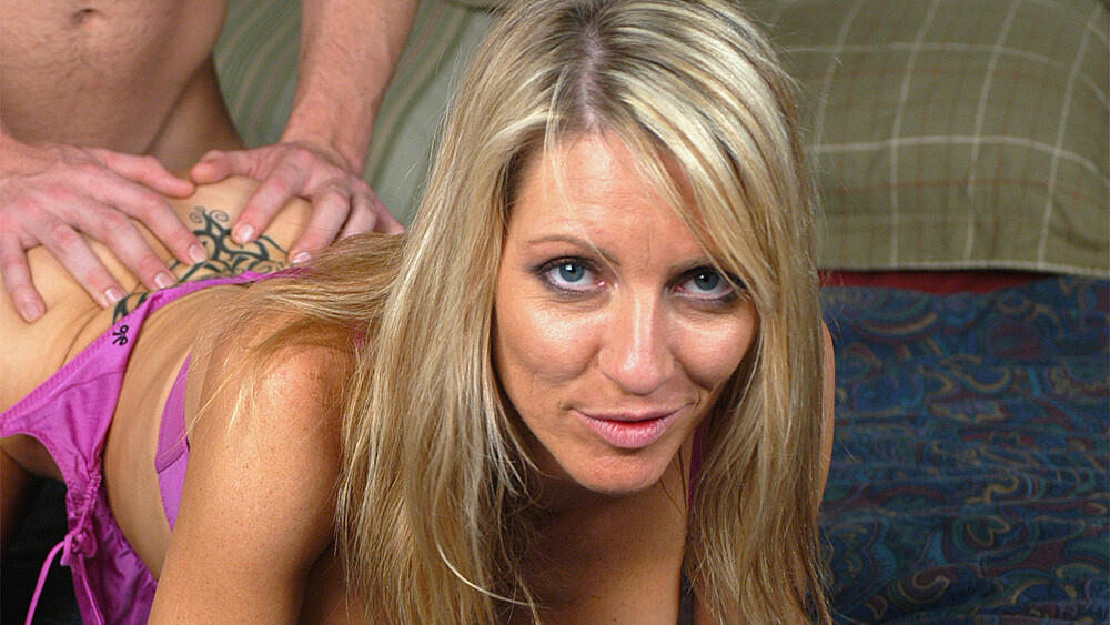 Blonde Emma Starr fucking in the bed with her piercings