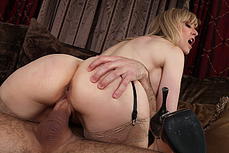 MILF Nina Hartley fucking in the couch with her lingerie - Blowjob
