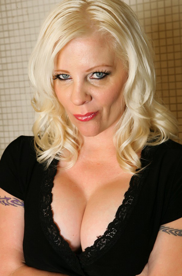 Veronica Vaughn - xxx pornstar in many Tattoos & MILF & Public Place videos