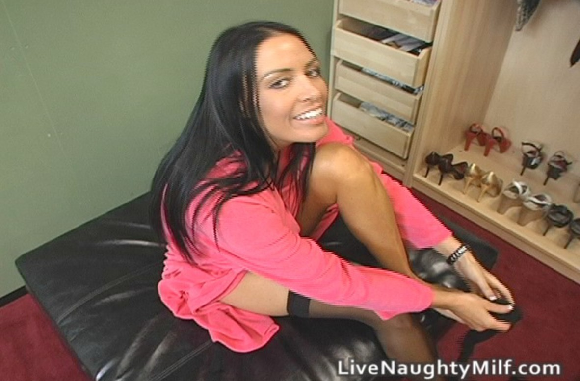 Watch Vanilla DeVille video in Live Naughty Milf