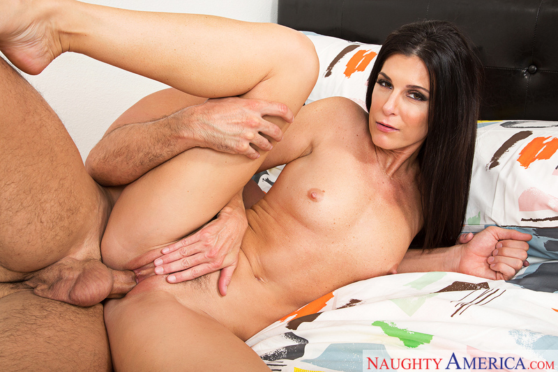 India Summer fucking in the bed with her medium ass - Blowjob