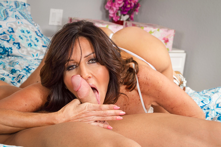 MILF Tara Holiday fucking in the bed with her tits