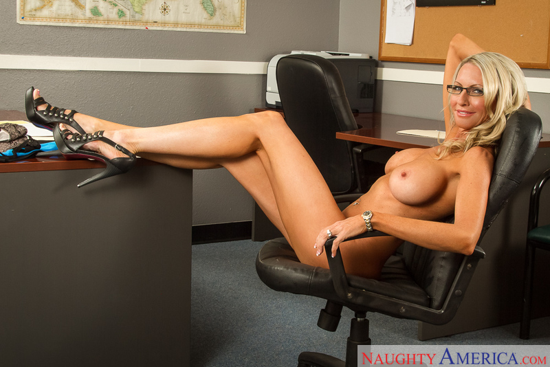 Boss Emma Starr fucking in the chair with her tits - Sex Position 2