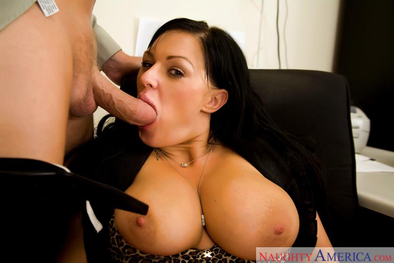 смотреть порно видео сучка с грудью 4-го размера сосет