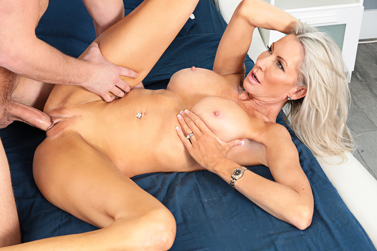 MILF Emma Starr fucking in the bed with her tits